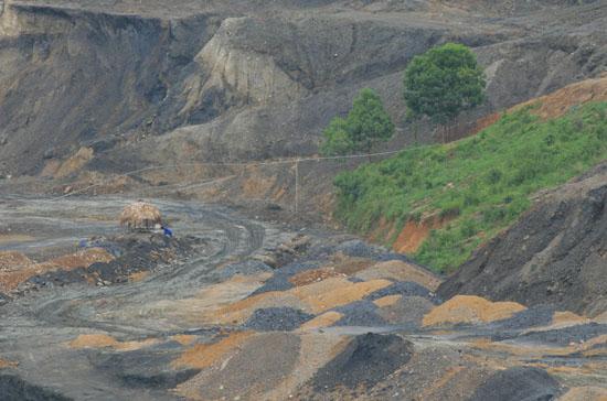 Khai thác khoáng sản để lại nhiều hệ lụy cho môi trường. Ảnh: PanNature.