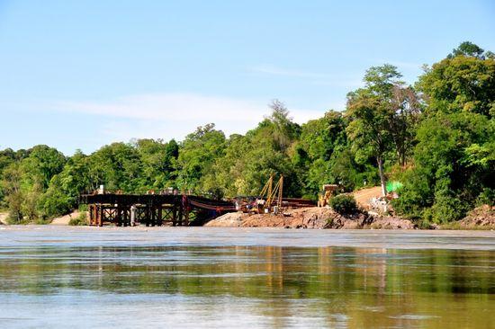 Cây cấu nối đất liền với đảo Don Sadam đang được xây dựng (Ảnh: IR)