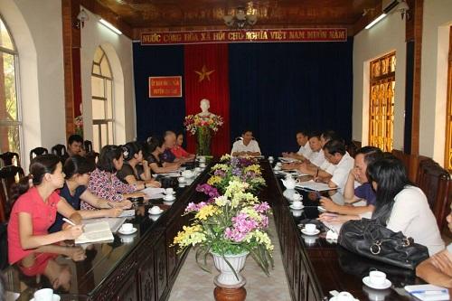 Các nhà báo làm việc với chính quyền địa phương (Ảnh: PanNature)
