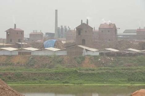 """Hàng trăm lò gạch từng xả khói gây hại môi trường tại """"làng ung thư""""-xã Thạch Sơn, huyện Lâm Thao - Phú Thọ. (Ảnh: Kiến thức)"""