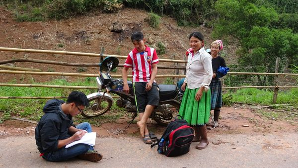 Đến từng hộ để Phỏng vấn về khai thác, sử dụng lâm sản ngoài gỗ trên đường người dân khai thác lâm sản ngoài gỗ về