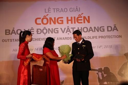 Bà Vũ Thị Quyên – Giám đốc ENV trao giải cho ông Huỳnh Quốc Thắng, Cán bộ Hải quan, Chi cục Hải quan cửa khẩu quốc tế sân bay Tân Sơn Nhất (Ảnh: Hoàng Chiên/PanNature)