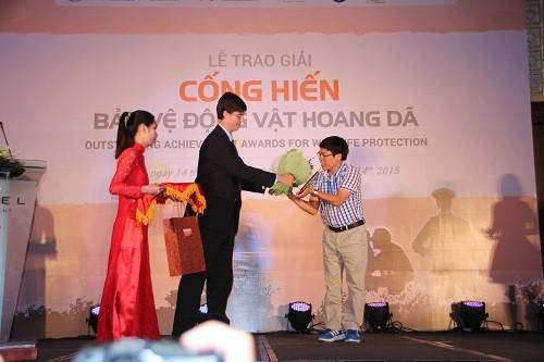 Ông Douglas O`Neil (Đại sứ quán Hoa Kỳ) trao giải cho Nhà báo Đỗ Doãn Hoàng (Ảnh: Hoàng Chiên/PanNature)