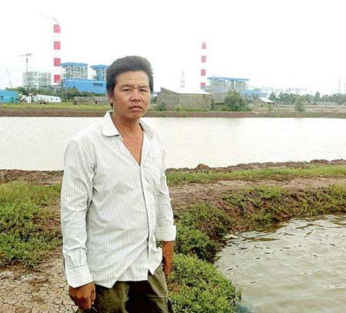 Ông Trương Văn Sung, xã Dân Thành, thị xã Duyên Hải, tỉnh Trà Vinh bên ao tôm bỏ hoang (Ảnh: SÁU NGHỆ)